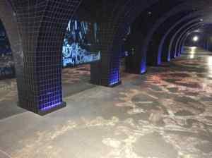 Immaginate di essere in uno dei canali sotterranei che conducono le acque sotto la città.  Un sistema multimediale spiega l'importanza che l'acqua ha avuto nello sviluppo tecnologico e socio-economico della città.