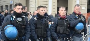 Poliziotti-si-tolgono-il-casco--1728x800_c