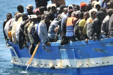 Un barcone di migranti  ANSA / ETTORE FERRARI